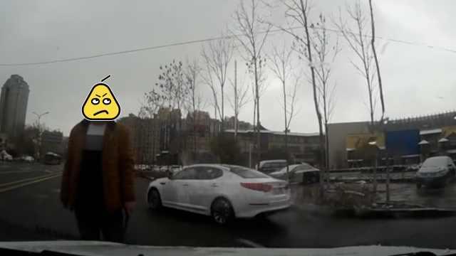 校车司机嫌前车慢,竟别停持棍威胁