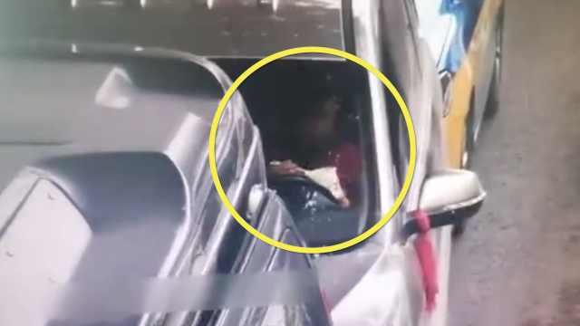 得多饿?司机左手端泡面吃,右手开车