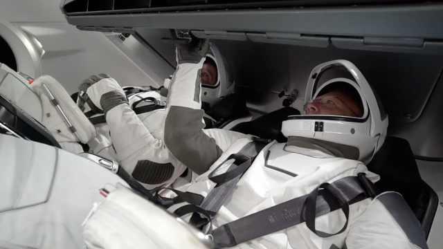 NASA宇航员体验SpaceX新款太空服