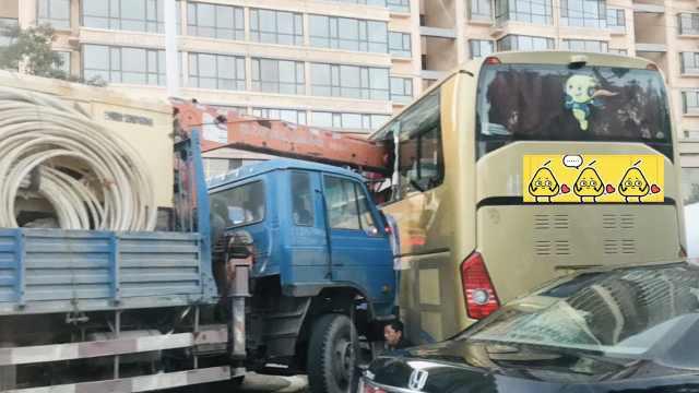 惊险!吊车吊臂插进大巴车,1人受伤