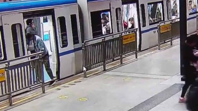 手机掉进轨道 地铁工作人员帮捡回