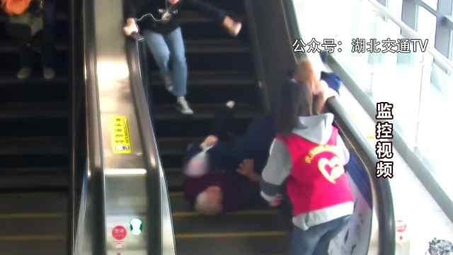 七旬老人坐扶梯摔伤  采取紧急措施
