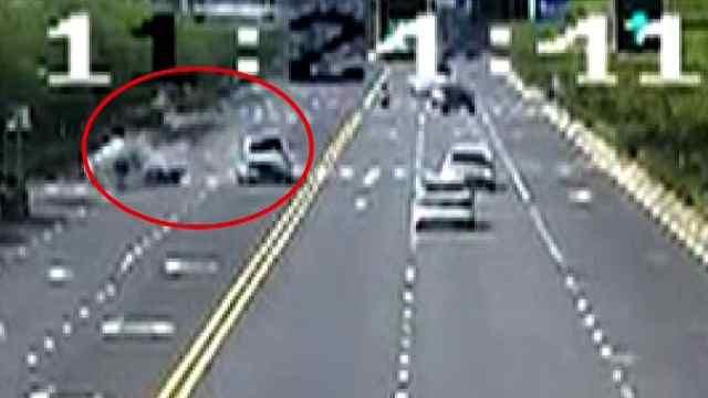 小车斑马线处掉头 被直行小车撞击