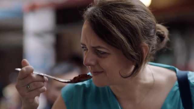 这个英国姑娘,讲着川普烧麻婆豆腐