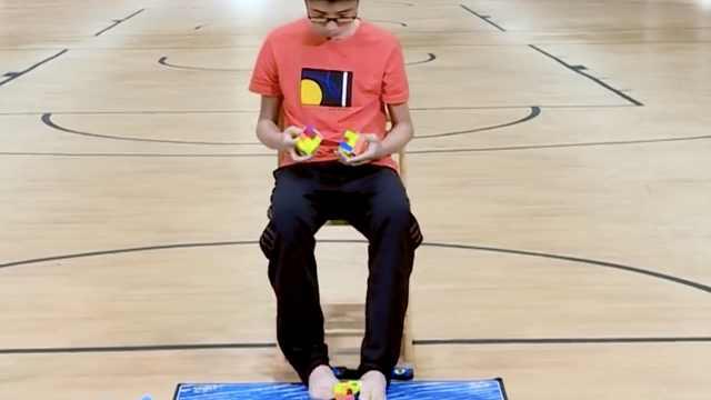 中国男孩手脚并用玩魔方创世界纪录