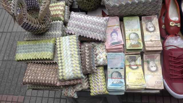 委内瑞拉小贩用钞票做包卖钱养家!