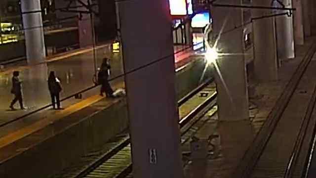 列车到站,女子为吓唬男友跳下站台