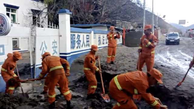 堰塞湖洪水退去,消防赤脚清1米淤泥