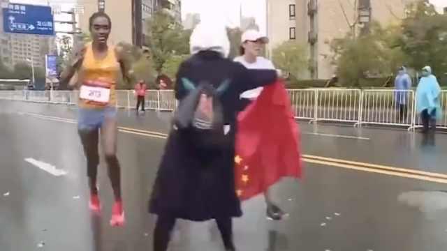 主办方回应马拉松递国旗:赛事要求