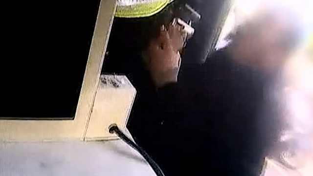男子交通违章被罚20,两次殴打辅警