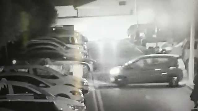 油门当刹车,他小区内2次撞墙还撞车