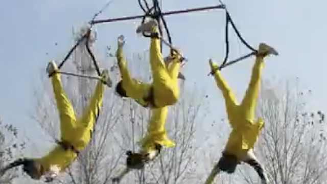 惊魂!4名杂技演员高空表演时突坠落