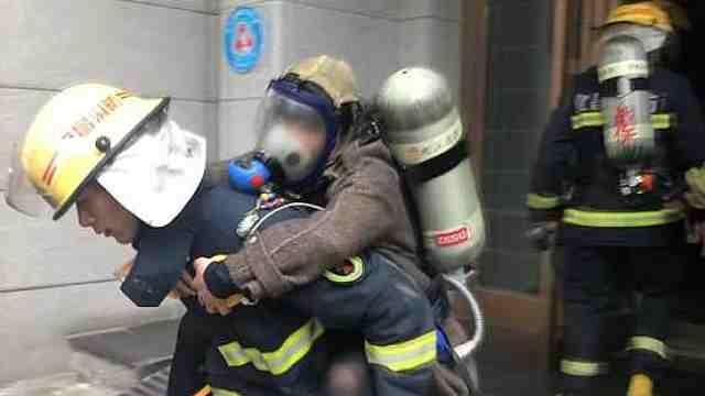 高层住宅起火,消防爬楼敲门疏散人