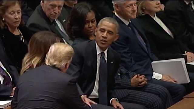 老布什葬礼上,川普不与克林顿握手