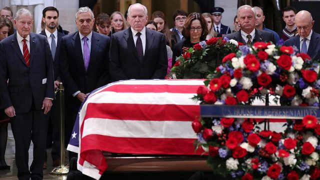 政要出席老布什葬礼,民众晒袜悼念