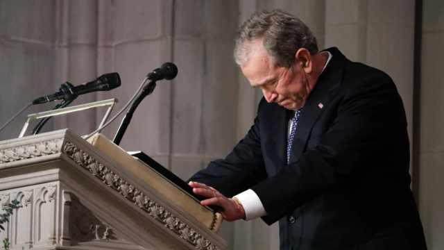 小布什为父亲葬礼致悼词,几度哽咽
