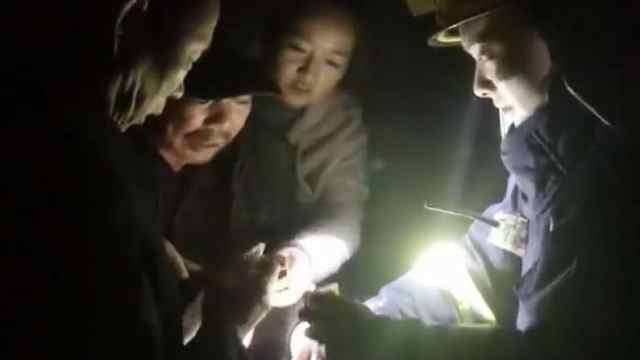 猛犸视频丨老人为消防战士包扎伤口