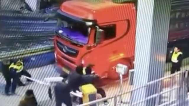 嚣张!货车组团冲卡,民警挡车被拽走