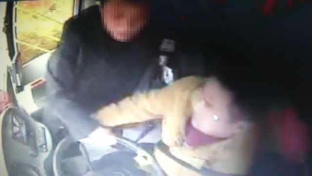 男子抢夺公交方向盘,险致车辆坠河