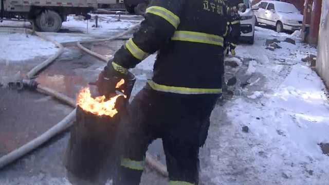赞!消防员冲入火场拎出燃烧煤气罐
