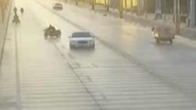 司机掉头致摩托男摔倒,被判赔30万