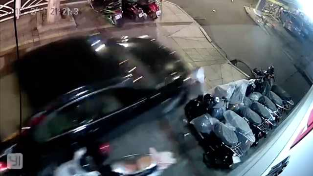 险!小车冲上人行道,撞倒多辆电动车