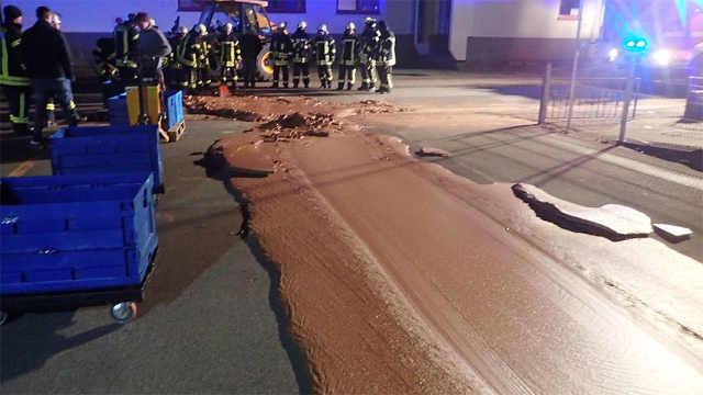 德国巧克力工厂泄漏巧克力铺满路面