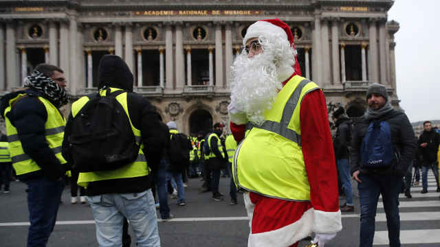 圣诞老人加入黄马甲抗议,157人被拘