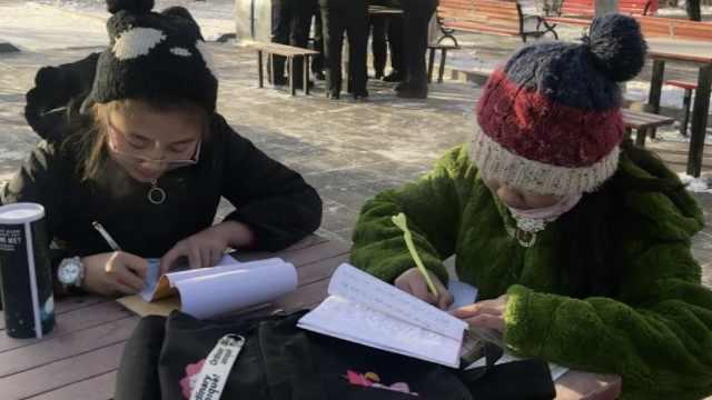 小学生-28℃广场写作业:在家懒得写