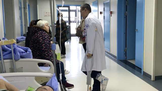 骨科医生骨折拄拐,患者:你病情咋样