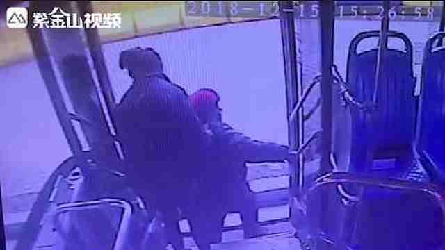 老人乘公交?#26376;罰?#22899;乘务员伸出援手