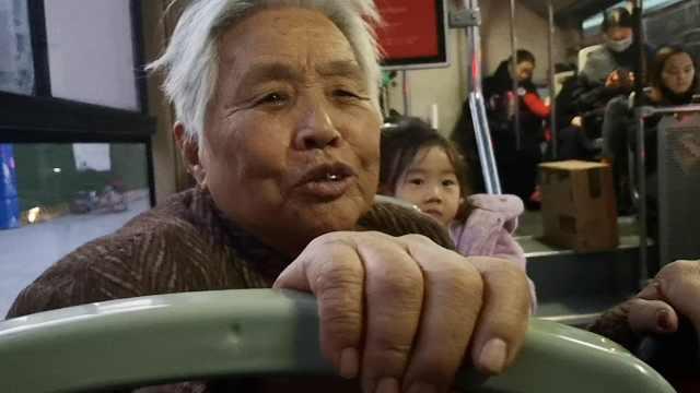 公交司机小举动,85岁老太瞬间泪奔