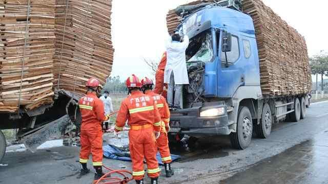 货车追尾致后车副驾被卡,终被救出