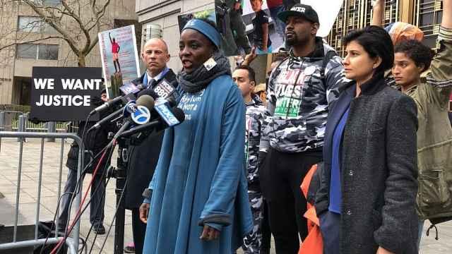 黑人女性爬自由女神像抗议川普获罪
