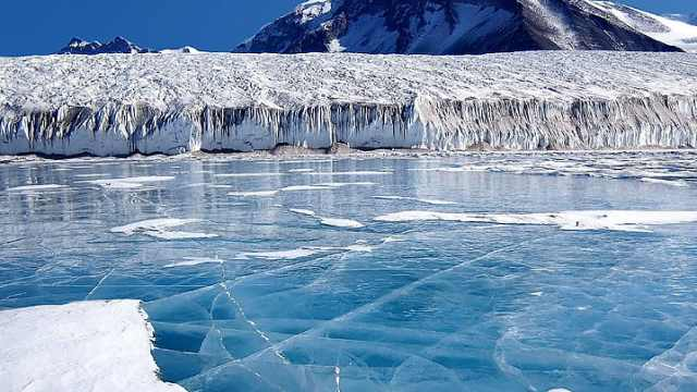为什么在冰上走路容易滑倒?