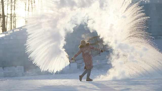 黑龙江万人泼水成冰,南方奶奶大赞
