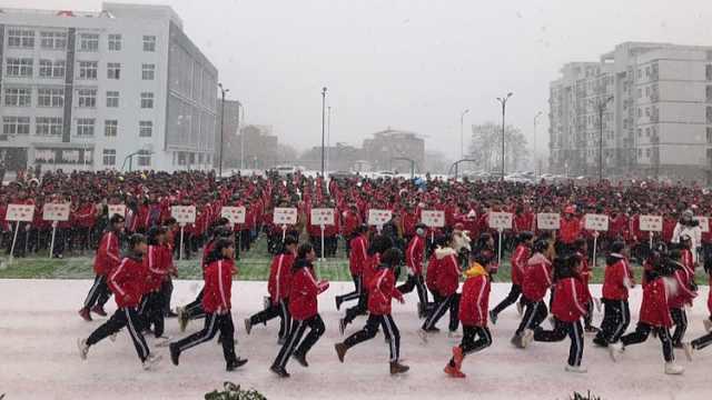 运动会遇下雪暂停,校长:组织打雪仗