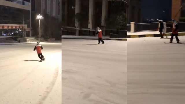 会玩!贵州暴雪,他竟带滑板上街滑雪