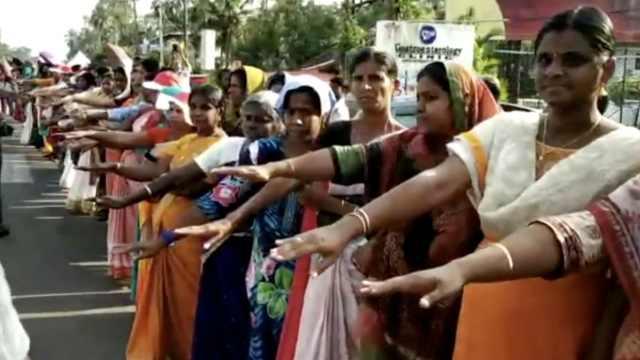 印女性组620公里人链要求男女平等