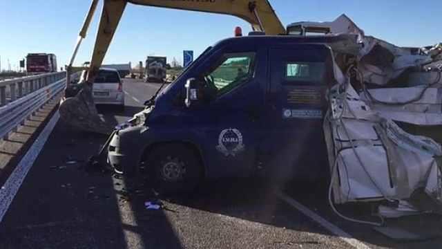 劫匪开挖掘机砸运钞车,抢200万欧