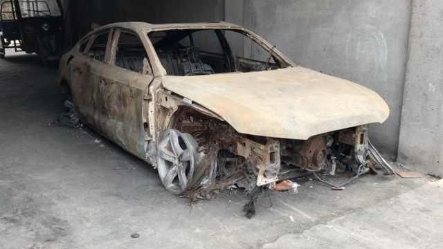男子为了报复,一把火烧了女子豪车