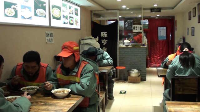 暖心!餐厅为环卫工提供免费工作餐