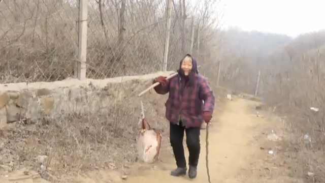 7旬大妈拄拐挑十几桶泉水:无污染