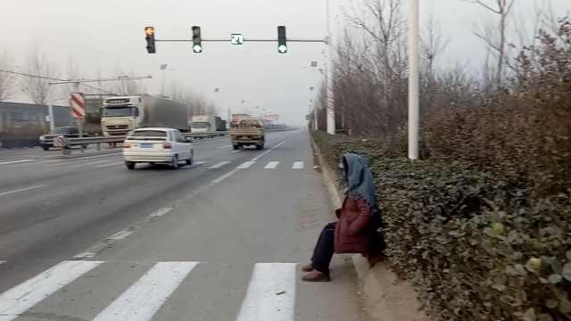 儿车祸去世,她每天坐路口等儿回家