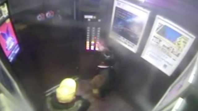 与玩伴困电梯,8岁女童3招淡定自救