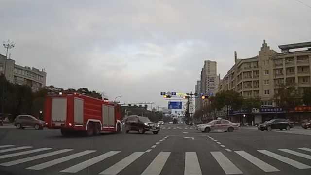 奔驰未避让出警消防车,致4车相撞
