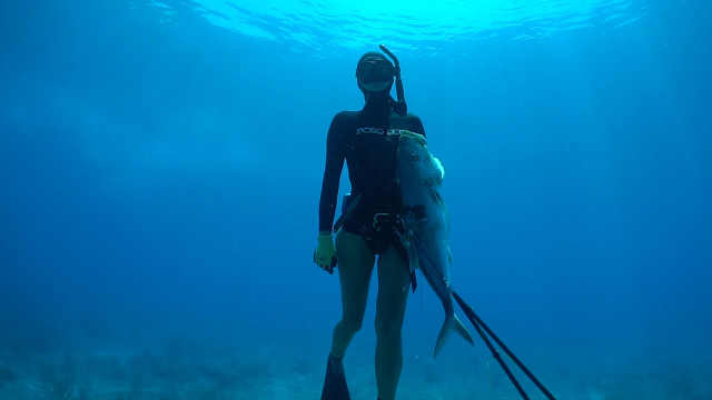 她放弃工作成为职业捕鱼女猎人