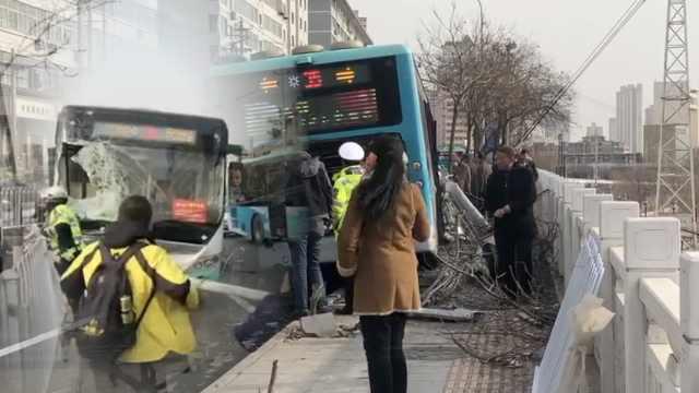 公交撞电杆伤2人,司机:油门当刹车