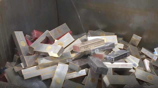 震撼!四千多条假烟被现场碾压销毁