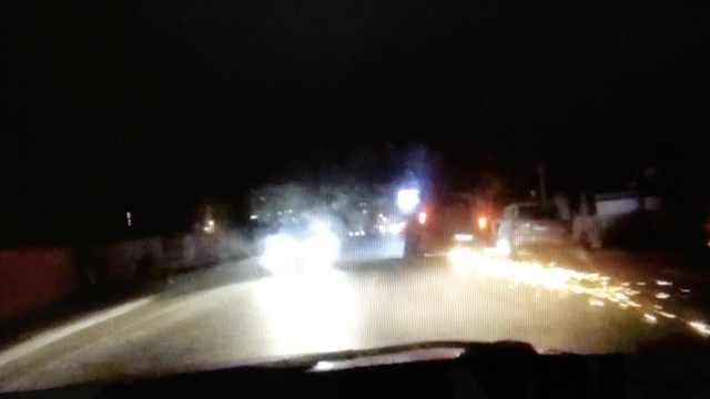 酒驾男撞15车,狂逃800米一路火花